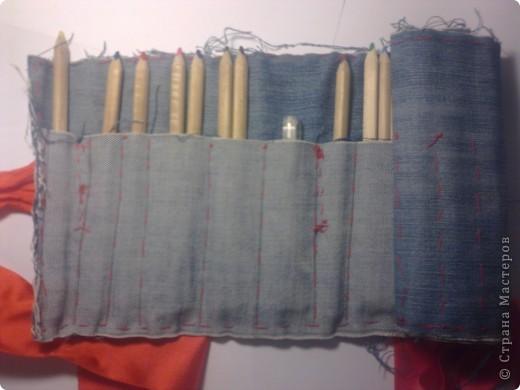 Вот мой пенал в сложенном виде. Сшит из старых джинсов и завязывается на ленту. фото 3