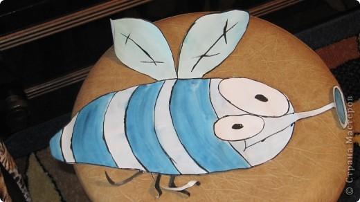 1.Муха.Выкраиваем полоски,крылышки,глаза,лапки из ткани соответствующего цвета и пристрачиваем к наволочке по черным линиям фото 1