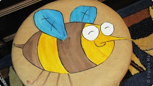 1.Муха.Выкраиваем полоски,крылышки,глаза,лапки из ткани соответствующего цвета и пристрачиваем к наволочке по черным линиям фото 2