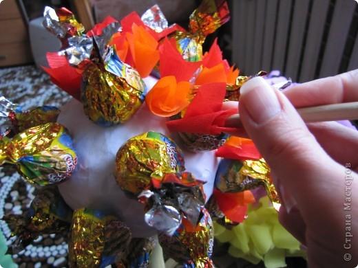 У племяшки день рождения,5 лет.Вот и захотелось ее удивить! Решилась на дерево из конфет,но чтобы и конфеты были, и диатеза не было.Мастер-классы посмотрела у Олисандры,у STRENFLEX.Cпасибо ,девочки! Но вот конфетно -подробное описание не встретилось.Поэтому рассказываю,как я сотворила свое... фото 11