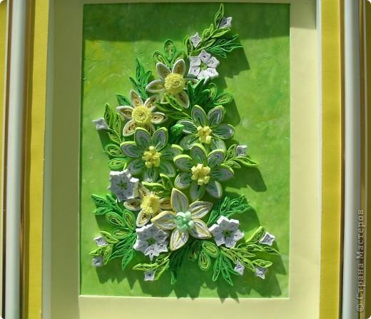 Продолжая экспериментировать с цветовыми оттенками, фоном и цветами, сделала такую весеннюю композицию в любимых желто-зеленых тонах.  Цветы в центре сделаны из бледно-зеленых, белых и светло-зеленых полосок таким способом как здесь http://stranamasterov.ru/node/160683 фото 3