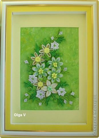 Продолжая экспериментировать с цветовыми оттенками, фоном и цветами, сделала такую весеннюю композицию в любимых желто-зеленых тонах.  Цветы в центре сделаны из бледно-зеленых, белых и светло-зеленых полосок таким способом как здесь http://stranamasterov.ru/node/160683 фото 2