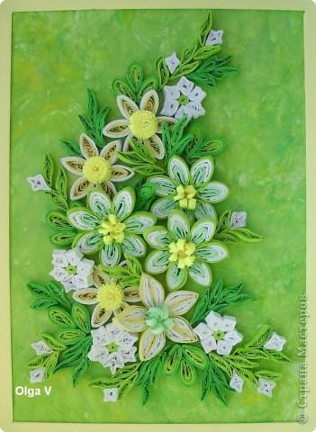 Продолжая экспериментировать с цветовыми оттенками, фоном и цветами, сделала такую весеннюю композицию в любимых желто-зеленых тонах.  Цветы в центре сделаны из бледно-зеленых, белых и светло-зеленых полосок таким способом как здесь http://stranamasterov.ru/node/160683 фото 1