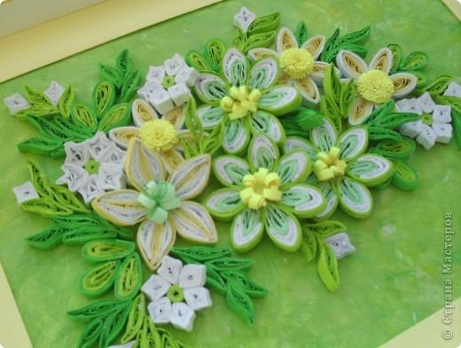 Продолжая экспериментировать с цветовыми оттенками, фоном и цветами, сделала такую весеннюю композицию в любимых желто-зеленых тонах.  Цветы в центре сделаны из бледно-зеленых, белых и светло-зеленых полосок таким способом как здесь http://stranamasterov.ru/node/160683 фото 4