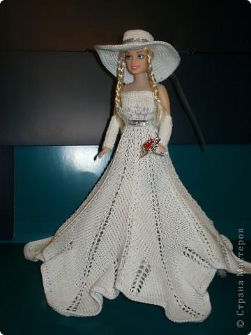 Вот она какая получилась...не знаю-красотка или нет? но я старалась и эта Варвара мне очень нравится...очень долго не могле придумать модель платья,когда картинка появилась,стала подбирать пряжу...тоже была проблема-надо было такую пряжу подобрать,что бы и смотрелась и вязалась...Нашла там,где и недумала искать, в старых запасах-просто хб нитки,а спицы-сейчас таких и нет...самые тоненькие и то получилось толстовато,хотела еще тоньше....Все нашла и приступила к работе-вот тут-то и началось...я взрослые-большие вещи быстрее вяжу,чем вот это маленькое чудо...никогда не думала,что это так сложно...А шляпа....хихи...вязала целый день...Но чудо свершилось и наряд получился...Выношу его на ваш суд... фото 1