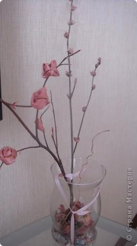 Винтаж, винтаж!!! А как он появляется? Долго я вынашивала идею с каким- нибудь этаким деревом. Перед женским праздником , надо же чтобы дерево зацвело. И вот взяла я поролон, сделала шарик. Розы у меня из фарфора в закромах были, только покрасить оставалось, ну и начала с самого верха. Воткнула их  и дерево мое начало расти, но почему-то не в том направлении. Может этот хохолок из сеточки сыграл свое дело?, скорее всего. Увидела я даму в шляпе из роз, а они такие аппетитные получились, как какао обсыпанные. Все думаю - это она -загадка в маске. Волосы тоже креативные, ну что же ведь век высоких технологий. фото 10