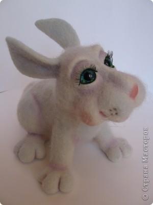 Заяц Сеня. Размер: 20х25 см. 100% шерсть, стеклянные глазки. Техника сухого валяния. фото 1