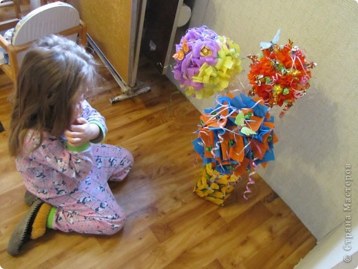 У племяшки день рождения,5 лет.Вот и захотелось ее удивить! Решилась на дерево из конфет,но чтобы и конфеты были, и диатеза не было.Мастер-классы посмотрела у Олисандры,у STRENFLEX.Cпасибо ,девочки! Но вот конфетно -подробное описание не встретилось.Поэтому рассказываю,как я сотворила свое... фото 31