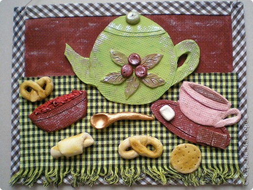Что-то в последнее время полюбила я чайники :-). Из остатков маленькой пачки белой глины слепила посуду, коржики, для аппетитности, сделала из соленого теста. Получилась такая простенькая картинка. фото 1