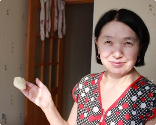 22 марта у нас в Казахстане отмечается праздник Наурыз - день весеннего равноденствия, обновления природы, этакий Новый год. И в этот день мы наряду с другими блюдами делаем баурсаки. Для баурсаков нам понадобится дрожжевое тесто на молоке, раскатываем в пласт и вырезаем стаканами круги. фото 3