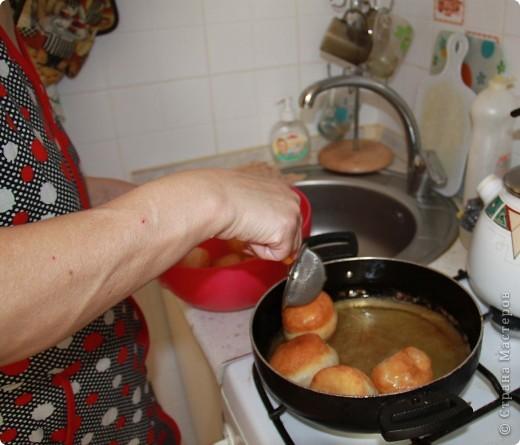 22 марта у нас в Казахстане отмечается праздник Наурыз - день весеннего равноденствия, обновления природы, этакий Новый год. И в этот день мы наряду с другими блюдами делаем баурсаки. Для баурсаков нам понадобится дрожжевое тесто на молоке, раскатываем в пласт и вырезаем стаканами круги. фото 4