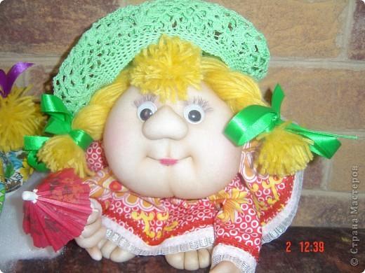 На головку куклы надели летнюю беретку, связанную доченькой. Правда ей к лицу? фото 1