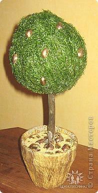 Декоративное дерево с золотыми орешками.