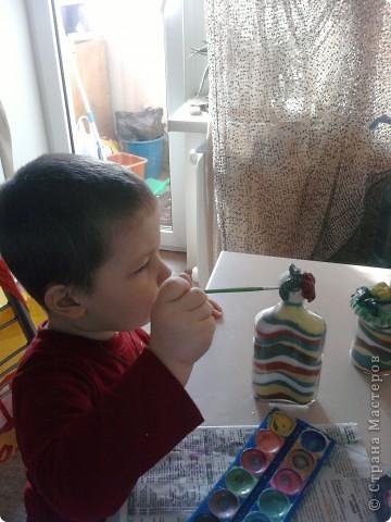 Вот такие бутылочки-насыпушки получились у сына - я накрасила соли, вымыла тару и понеслось...Запечатлеть процесс не получилось - сына норовил насыпать все сразу... фото 5