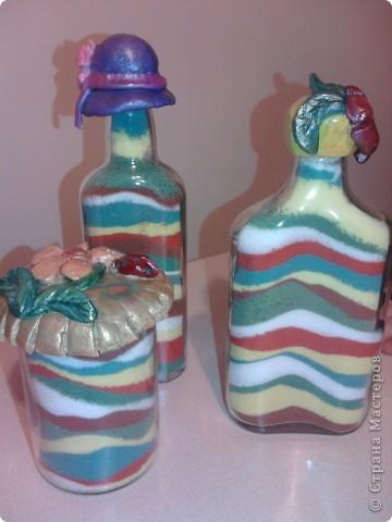Вот такие бутылочки-насыпушки получились у сына - я накрасила соли, вымыла тару и понеслось...Запечатлеть процесс не получилось - сына норовил насыпать все сразу... фото 1