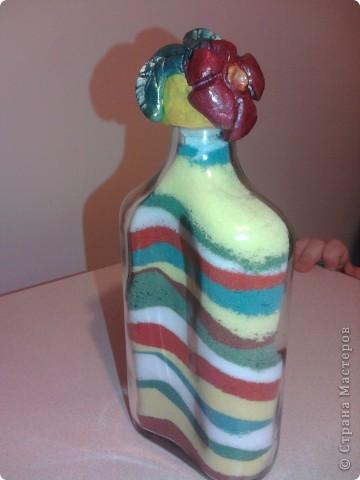 Вот такие бутылочки-насыпушки получились у сына - я накрасила соли, вымыла тару и понеслось...Запечатлеть процесс не получилось - сына норовил насыпать все сразу... фото 2