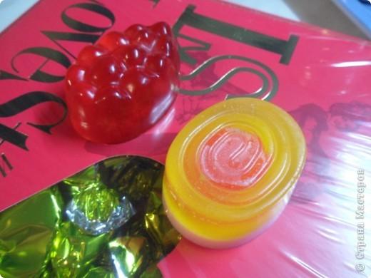"""Основы осталось совсем немного, поэтому я его лепила из того что было...  В серединке жёлтого мыла """"леденец"""" из остатков, которые были ранее залиты в мини-формочку """"пуговка"""",выглядит как леденцовая конфета поэтому это мылко с ароматом бабл-гам. Красненькое с мелкой малиновой пудрой и ароматом клубники.  фото 1"""