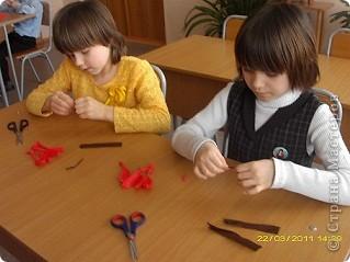 Вот такие тюльпаны расцвели у нас с Танюшкой. Сделаны они из бумажных раскрученных веревок, есть такие в наборах для творчества.  фото 6