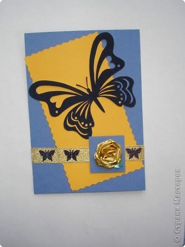 Вот такое сине - оранжевое получилось настроение. Основа - бумага для акварели. Большая бабочка вырезана из бархатной бумаги (схемку брала где-то в интеренете, как только найду адрес, обязательно добавлю), маленькие - фигурные пайетки. Роза - украшение для упаковки.