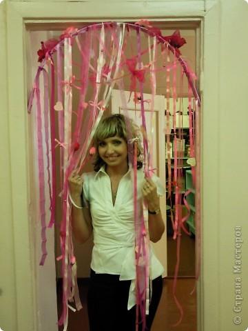Украшали кабинет подруги ко дню ее рождения. Венок-подвеска из шелковых лент и цветов. фото 3