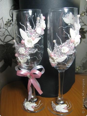 Как же долго я решалась сделать свадебные бокалы, а как появился повод сотворила за один день. Сперва все очень понравилось, а сейчас чем больше на них смотрю, тем больше нахожу недостатков. фото 1