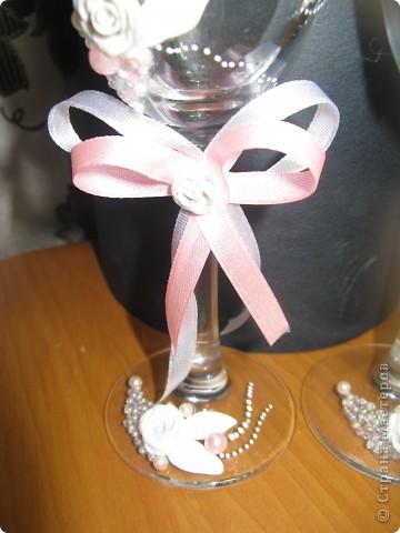 Как же долго я решалась сделать свадебные бокалы, а как появился повод сотворила за один день. Сперва все очень понравилось, а сейчас чем больше на них смотрю, тем больше нахожу недостатков. фото 3