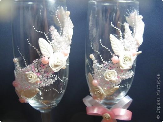 Как же долго я решалась сделать свадебные бокалы, а как появился повод сотворила за один день. Сперва все очень понравилось, а сейчас чем больше на них смотрю, тем больше нахожу недостатков. фото 2