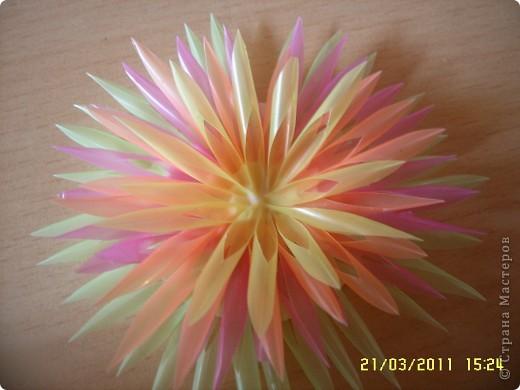 Посмотрите какую красоту можно сделать из коктейльных трубочек! как вам идея? из таких штучек можно сделать цветы, а можно использовать как декор, тут уж полёт фантазии. А делаются очень просто! фото 1