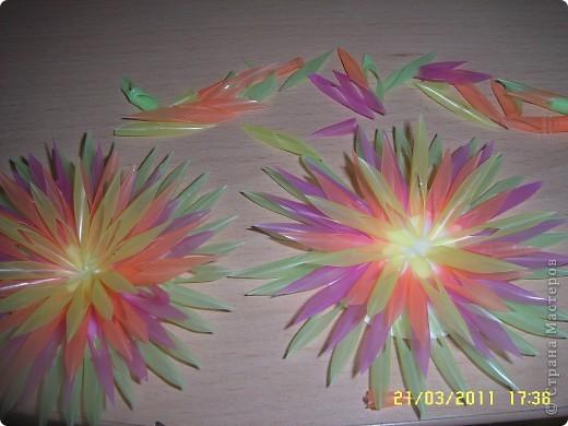 Посмотрите какую красоту можно сделать из коктейльных трубочек! как вам идея? из таких штучек можно сделать цветы, а можно использовать как декор, тут уж полёт фантазии. А делаются очень просто! фото 7