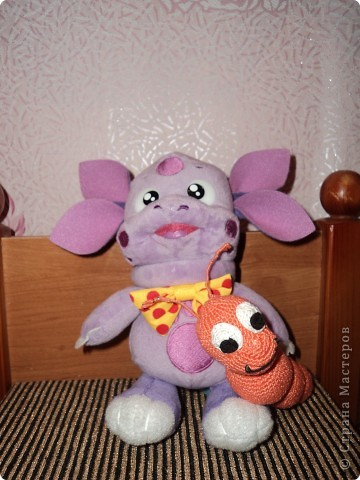 """Моя дочка очень любит м/ф """"Лунтик"""", и одна из ее любимых сериий, серия про дикую букашку. Лунтика мы купили, решила связать для него букашку. Дочке очень понравилась.  фото 1"""