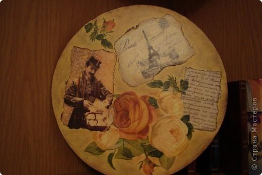 Вот такое панно получилось на круге из оргалита. Картинки распечатаны из инета на обычной офисной бумаге+ 3 слоя лака для бань и саун, салфетка. фото 1