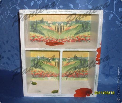 """Идея """"окна"""" давно гуляла у меня в голове.:)) И вот пазл сложился: работа с картоном и декупаж, функциональность и красота. Вот такое оно мое окно,уже старое,с облупившейся местами краской. Но из него открывается замечательный вид на маковые поля.Несколько цветов слетели на окно, изменив его унылый вид и придав законченность работе.  фото 3"""