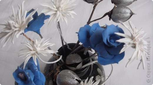 Я решила разбавить свою страничку цветами. Букетик давно уже стоит у мамы. Те кто посещает мои страницы видели розы -голубые. Просто пластику синию никуда тогда не могла применить. Я думала что это моя фантазия, но вот Олечка -Tiksi подсказала мне , что они действительно существуют, а потом я их и в интернете увидела. фото 1
