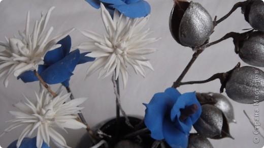 Я решила разбавить свою страничку цветами. Букетик давно уже стоит у мамы. Те кто посещает мои страницы видели розы -голубые. Просто пластику синию никуда тогда не могла применить. Я думала что это моя фантазия, но вот Олечка -Tiksi подсказала мне , что они действительно существуют, а потом я их и в интернете увидела. фото 4