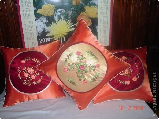 Комплект декоративных подушек, вышитых атласными лентами на атласе, чехол на молнии. фото 1