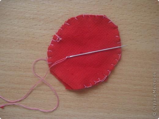 Итак   для того ,чтобы сделать чудо  под цифрой 2,надо: 1.Ткань разных цветов  и фактуры. 2.нитки  для вязания(шерстяные). 3.нитки и иголка для шитья. 4.стразы,паетки,пуговицы для  украшения платья и   волос. 5.котушки от ниток для швейной машинки. фото 4