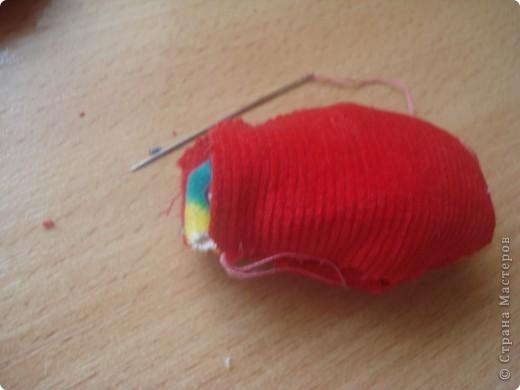 Итак   для того ,чтобы сделать чудо  под цифрой 2,надо: 1.Ткань разных цветов  и фактуры. 2.нитки  для вязания(шерстяные). 3.нитки и иголка для шитья. 4.стразы,паетки,пуговицы для  украшения платья и   волос. 5.котушки от ниток для швейной машинки. фото 5
