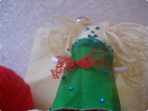 Итак   для того ,чтобы сделать чудо  под цифрой 2,надо: 1.Ткань разных цветов  и фактуры. 2.нитки  для вязания(шерстяные). 3.нитки и иголка для шитья. 4.стразы,паетки,пуговицы для  украшения платья и   волос. 5.котушки от ниток для швейной машинки. фото 9
