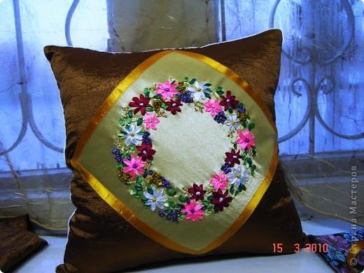 Комплект декоративных подушек, вышитых атласными лентами на атласе, чехол на молнии. фото 2