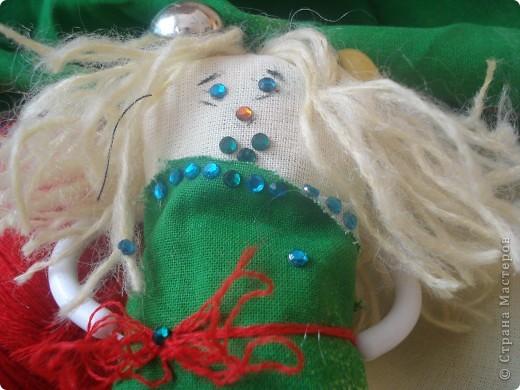 Итак   для того ,чтобы сделать чудо  под цифрой 2,надо: 1.Ткань разных цветов  и фактуры. 2.нитки  для вязания(шерстяные). 3.нитки и иголка для шитья. 4.стразы,паетки,пуговицы для  украшения платья и   волос. 5.котушки от ниток для швейной машинки. фото 10