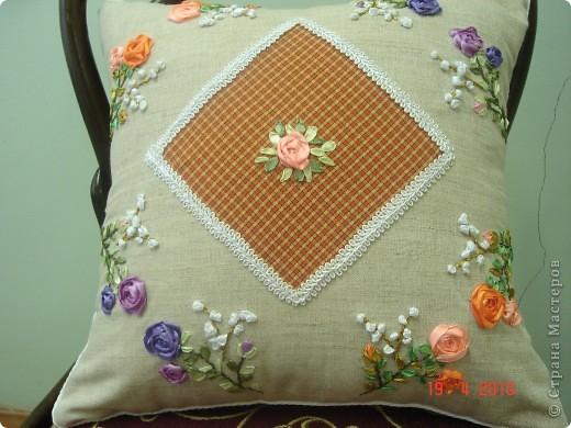 Комплект декоративных подушек, вышитых атласными лентами на атласе, чехол на молнии. фото 3