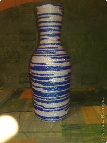 Украшение этой бутылки (даже шнур которым она обмотана) полностью связано из полиэтиленовых пакетов фото 3