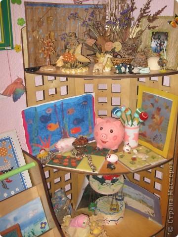 Я, поросёнок пяточок:  - надули воздушный шарик; - ушки и пяточок из яичных ячеек; - оклеяли бумагой; - покрасили и разукрасили. А ещё рядышком лежат 2 куколки, это из солёного теста, то же наше. фото 2