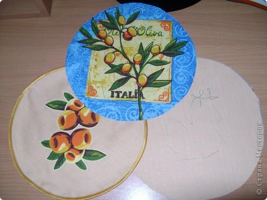 Скоро великий праздник Пасха к нему я решила сшить Пасхальную салфетку для украшения стола. Вырезала три круга диаметром 26см. Два однотонных- нижний и верхний, и синий с рисунком- средний. фото 1