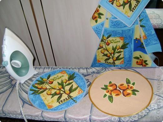 Скоро великий праздник Пасха к нему я решила сшить Пасхальную салфетку для украшения стола. Вырезала три круга диаметром 26см. Два однотонных- нижний и верхний, и синий с рисунком- средний. фото 4