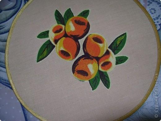 Скоро великий праздник Пасха к нему я решила сшить Пасхальную салфетку для украшения стола. Вырезала три круга диаметром 26см. Два однотонных- нижний и верхний, и синий с рисунком- средний. фото 3