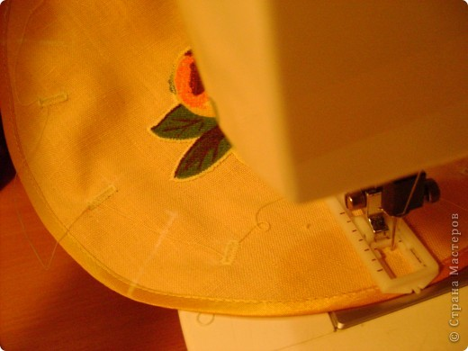 Скоро великий праздник Пасха к нему я решила сшить Пасхальную салфетку для украшения стола. Вырезала три круга диаметром 26см. Два однотонных- нижний и верхний, и синий с рисунком- средний. фото 7