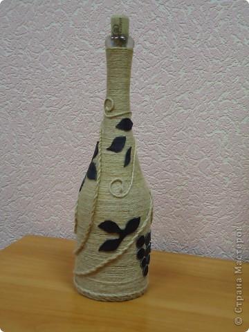 """Моя первая и самая любимая бутылка вместимостью 10 гостей. :-) Делалась для домашнего ко дню рождения мамы. Бутылка была пустая, и на дворе стояло лето, по этому для крепления льно-пенькового шпагата использовался клей """"Титан"""". Готовая работа долго стояла на балконе, пока не выветрился """"аромат"""" ацетона. фото 6"""