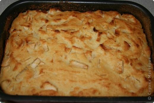 Любимый яблочный пирог нашей семьи. Очень быстрый, простой и недорогой рецепт! Нам понадобится: 3-4 средних яблока (любых, но желательно не очень сладких) 1 яйцо,  1 стакан сахарного песка 1 стакан манки 100 гр. сливочного масла 250 гр. мягкого творога (в кишке) сухари для обсыпки формы фото 8