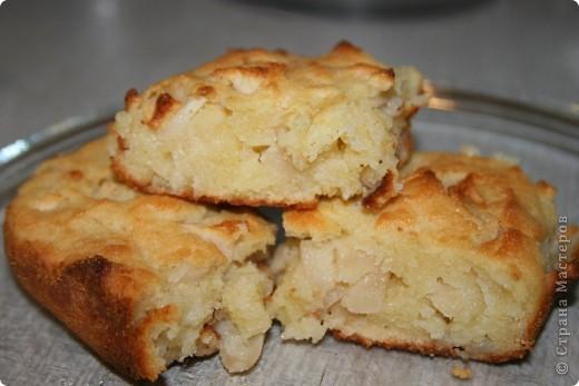 Любимый яблочный пирог нашей семьи. Очень быстрый, простой и недорогой рецепт! Нам понадобится: 3-4 средних яблока (любых, но желательно не очень сладких) 1 яйцо,  1 стакан сахарного песка 1 стакан манки 100 гр. сливочного масла 250 гр. мягкого творога (в кишке) сухари для обсыпки формы фото 1